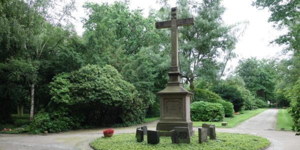 Die Priestergruft mit Hochkreuz auf dem Friedhof Rotthausen.