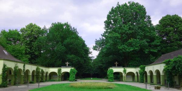 Die denkmalgeschützten Torhäuser am Eingang des Hauptfriedhofs an der Immermannstraße.