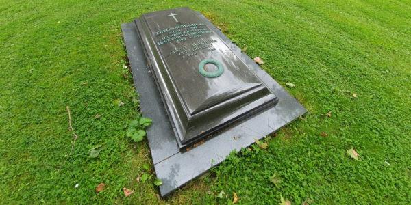 Grabplatte vom Grab des ehemaligen Oberbürgermeisters der Stadt Gelsenkirchen Theodor Machens und seiner Frau Anna auf dem Westfriedhof.